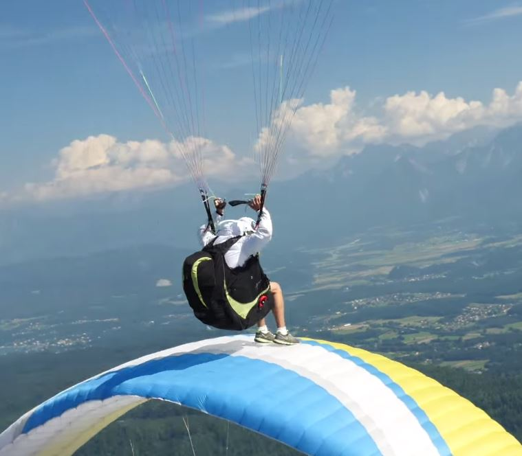 Synchro flying with Aircross Uinfinite acro paragliders on Gerlitzen